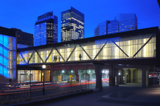 A pedestrian bridge over York Street featuring a permanent and interactive light installation by renowned glass artist James Carpenter connects Southcore Financial Centre to Union Station and the PATH network. (CNW Group/GWL Realty Advisors Inc.)