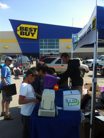 Collecting electronics for responsible recycling at Best Buy's Tech it Away event. (CNW Group/Best Buy Canada)