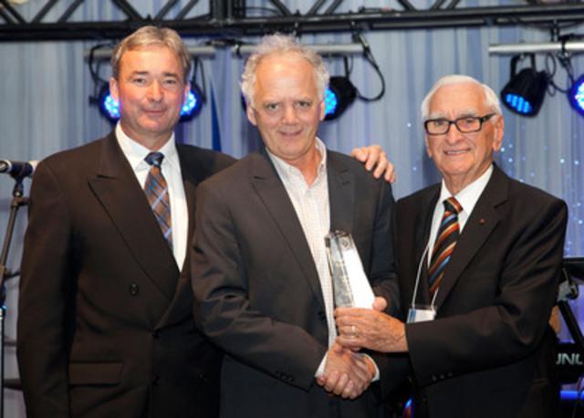 De gauche à droite : Normand Pomerleau, Président du CILQ, Dominique Labbé, le récipiendaire 2013 et Donat Roy. (Groupe CNW/Conseil des industriels laitiers du Québec (CILQ))