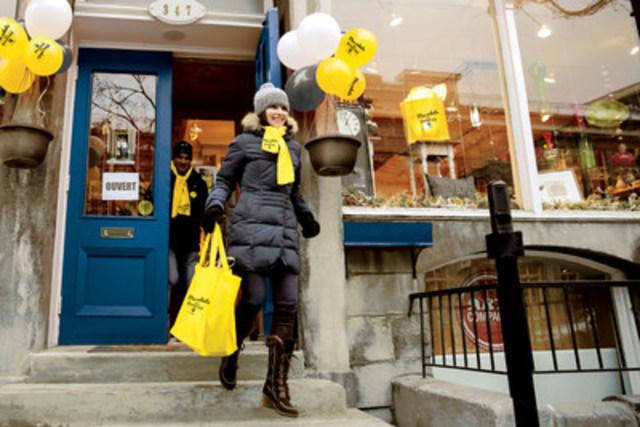 Des canadiens effectuent des achats locaux lors de l'événement Mes achats, mon quartier. (Groupe CNW/Pages Jaunes)