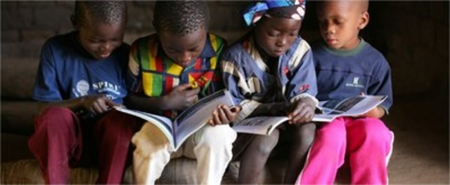 Children study together at a child friendly primary school in Mozambique (Photo credit: ©UNICEFNYHQ2006-2264PIROZZI) (CNW Group/UNICEF Canada)