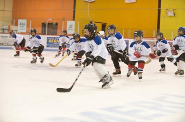 Jeunes Espoirs du Hockey Hyundai travaille en partenariat avec SportJeunesse afin d'offrir des subventions aux enfants pour defrayer les coûts d'équipement et d'enregistrement. Visitez www.HyundaiHockey.ca pour en apprendre plus. (Groupe CNW/Hyundai Auto Canada Corp.)