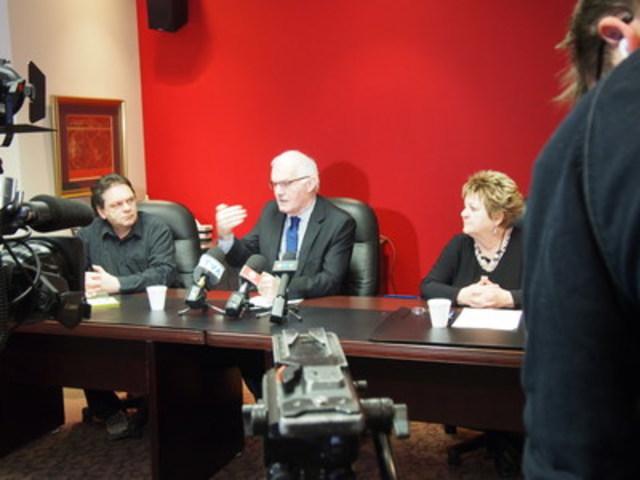Me Jean-Pierre Ménard est entouré de Madame Doris et de Monsieur Jean-Nicolas Ouellet. (Groupe CNW/Association des groupes d'intervention en défense des droits en santé mentale du Québec (AGIDD-SMQ) )