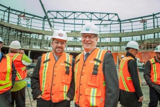 Tout sourire, Geoff Molson, président et chef de la direction, Club de hockey Canadien et evenko et Marc Demers, maire de Laval, lors de la visite médiatique du chantier de la Place Bell Crédit photo : @Clair.Obscur (Groupe CNW/Ville de Laval)