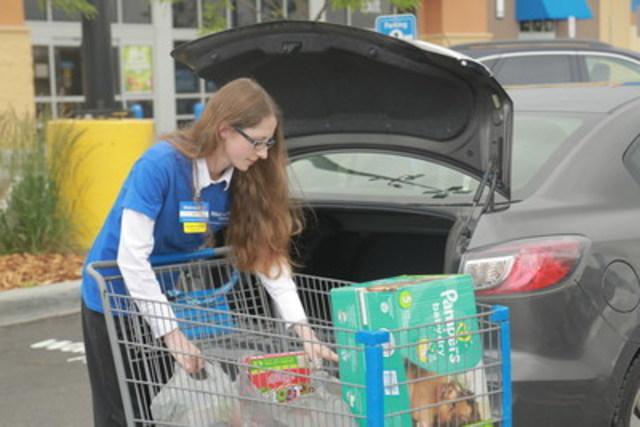 Grâce au service de cueillette d'épicerie, les clients de la région d'Ottawa ont le loisir de faire leurs achats du confort de chez eux, voire en plein déplacement, puis de choisir le lieu et l'heure qui leur convient pour ramasser leur commande. (Groupe CNW/Walmart Canada)