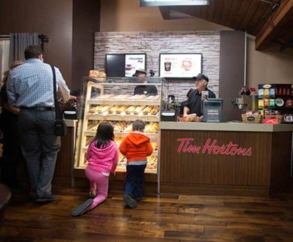 Tim Hortons a transformé une maison de Calgary en une nuit en un resto Tim de votre quartier pour lancer sa nouvelle campagne de recrutement créative. La compagnie espère ainsi embaucher plus de 5000 membres d'équipe dans ses restaurants à l'échelle du Canada. (Groupe CNW/Tim Hortons)