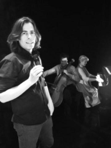Patrick Mathieu, brillant conférencier, prêt à vous divertir avec l'histoire du grandissime Mozart! Il est accompagné de Ioav Bronchti au violoncelle et Louise-Andrée Baril au piano, deux des nombreux musiciens qui ont eux aussi très hâte au début de la saison. (Groupe CNW/Opéra/théâtre Voxpopuli)