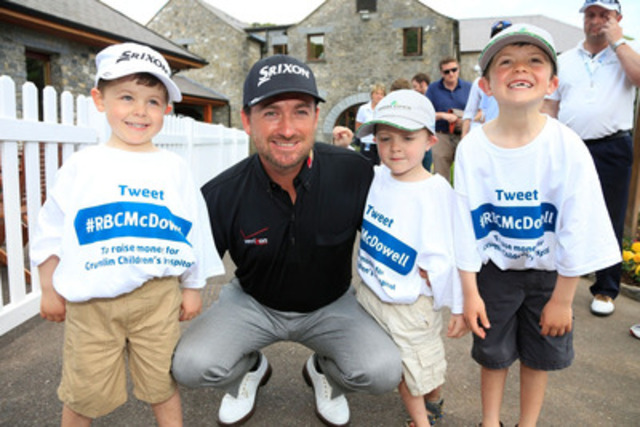 Graeme McDowell, membre de l'Équipe RBC qui a remporté le défi de bienfaisance Golf RBC pour les jeunes (#RBCGolf4Kids), rend visite à des enfants à l'hôpital Our Lady's Children's Hospital, Crumlin, de Dublin, en Irlande. (Groupe CNW/RBC (French))