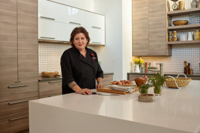 Lynn Crawford in the new IKEA SEKTION kitchen designed for her (CNW Group/IKEA Canada)