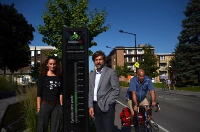 16 septembre - Luc Ferrandez et Marianne Giguère devant le compteur affichant 500 000 passages (Groupe CNW/Cabinet du maire de l'Arrondissement du Plateau-Mont-Royal)