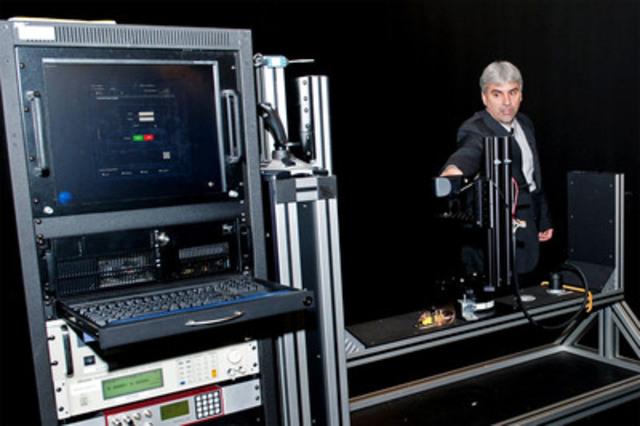 Rich Weiser, vice-président, activités d'exploitation aux États-Unis et au Mexique, Groupe CSA, présente de nouveaux appareils de pointe de la CSA servant à l'évaluation de l'efficience énergétique, aux essais de sécurité et à la certification, lors de l'ouverture officielle du nouveau laboratoire d'essais de produits d'éclairage de Groupe CSA de 30 000 pieds carrés à Atlanta, en Géorgie (Groupe CNW/CSA International)