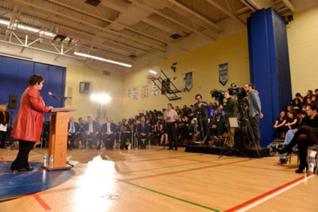 Melinda Chartrand, présidente du Conseil scolaire de district catholique Centre-Sud s'adressant aux médias, aux élèves et invités. Photo : Shan Qiao (Groupe CNW/Conseil Scolaire de District Catholique Centre-Sud)
