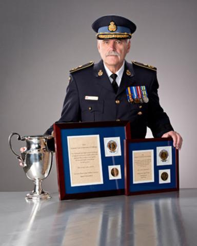 Larry Beechey, sous-commissaire et commandant provincial responsable de la sécurité routière et du soutien opérationnel, Police provinciale de l'Ontario, présente les prix2013 de la sécurité routière du NLEC décernés à la Police provinciale. (Groupe CNW/Police provinciale de l'Ontario)