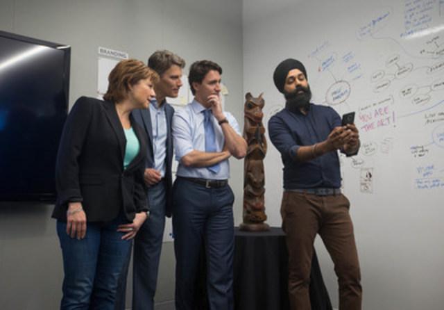 Le gestionnaire principal de projets de Microsoft Canada, Preet Mangat, fait une démonstration de City Hacks au très honorable Justin Trudeau, premier ministre du Canada, à l'honorable Christy Clark, première ministre de la Colombie-Britannique ainsi qu'au maire de Vancouver, Gregor Robertson, au Centre d'excellence Microsoft Canada. (Groupe CNW/Microsoft Canada Inc.)
