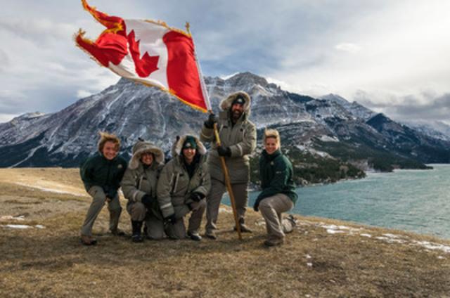 Au parc national des Lacs-Waterton, il vente si fort que le drapeau du Canada claque en se déployant! (Groupe CNW/Parcs Canada)