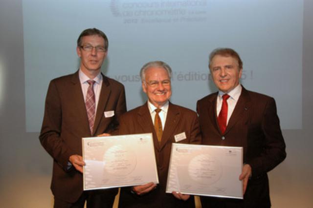 M. François Thiébaud, président de Tissot (à gauche), et M. Nicolas Clerc, chef du département de produit chez Tissot (à droite), accepte le premier prix du Concours International de Chronométrie dans la catégorie « Entreprise - Classique ». (Groupe CNW/TISSOT S.A.)