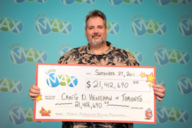 Craig Henshaw, a GTA area school teacher, receives his cheque for a $21.4 million jackpot, from the July 8, 2011 LOTTO MAX draw. (CNW Group/OLG Winners)