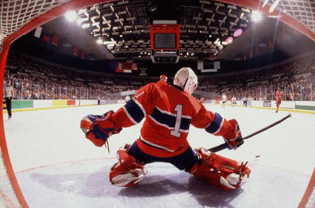 À Duncan, en Colombie-Britannique, l'amour du hockey passe à un niveau supérieur puisque la ville abrite le plus grand bâton et la plus grosse rondelle de hockey au monde. (Groupe CNW/Hotels.com)