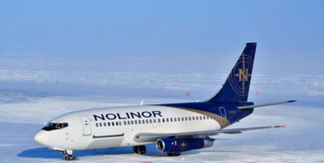 Un Boeing 737 de Nolinor Aviation se prépare à décharger une cargaison dans un site d'exploration minière éloignée après l'atterrissage sur une piste de glace au Nunavut, Canada. (Groupe CNW/Uppik Aviation)