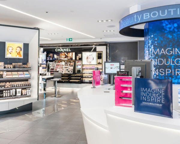 Shoppers Drug Mart enhanced Beauty Boutique opens at Robson and Burrard in Vancouver featuring more prestige colour cosmetics, fragrances and skincare for beauty lovers. (CNW Group/Shoppers Drug Mart Corporation)