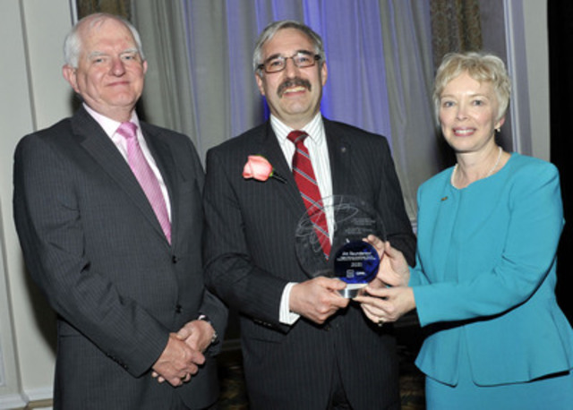 Financial Leadership Award winner Jim Saunderson with Sir Tony Redmond and Joy Thomas. (CNW Group/Certified Management Accountants of Canada)