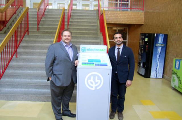 Benoit Dorais, maire de l'arrondissement du Sud-Ouest accompagné de Domenic Del Vecchio, directeur marketing et communication pour Électrobac. (Groupe CNW/Ville de Montréal - Arrondissement du Sud-Ouest)