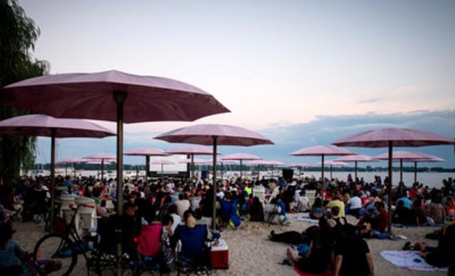 Plus de 2400 personnes ont afflué à Sugar Beach, à pied et en bateau, pour la soirée d'ouverture de la sixième édition du festival annuel Sail-in Cinema de PortsToronto où ils ont assisté à la projection de Hook. (Groupe CNW/PortsToronto)