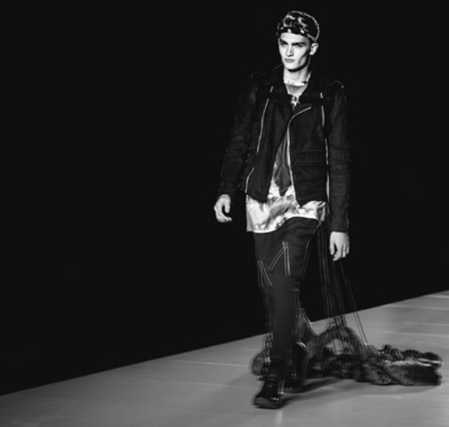 The dramatic final look incorporated a parachute at the Spring/Summer 2015 Sons of Odin TOM*FW runway show. (Photo credit: Roberto Vazquez). (CNW Group/TOM, Toronto Men's Fashion Week)