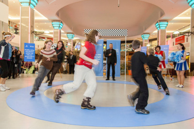 A family takes two minutes out of their shopping schedule to Take a Step in the Right Direction! They race around a tiny blue circle track showing their support of Canadians living with diabetes. Photo: courtesy of Sanofi.ca (CNW Group/SANOFI CANADA)
