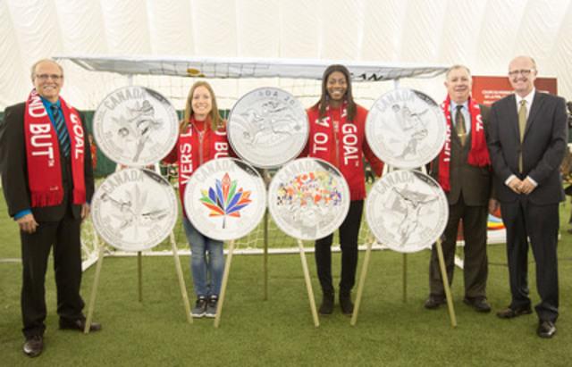 De gauche : George LeBlanc, maire de Moncton,  Josée Bélanger et Nkem Ezurike, athlètes d''Équipe Canada, Robert Goguen,  député à la Chambre des communes (Moncton-Riverview-Dieppe), et Kirk MacRae, membre du Conseil d''administration de la Monnaie royale canadienne, dévoilent les pièces de collection en argent célébrant de la Coupe du Monde Féminine de la FIFA, Canada 2015(MC) au Moncton Sports Dome à Moncton (N.-B.). (Groupe CNW/Monnaie royale canadienne)