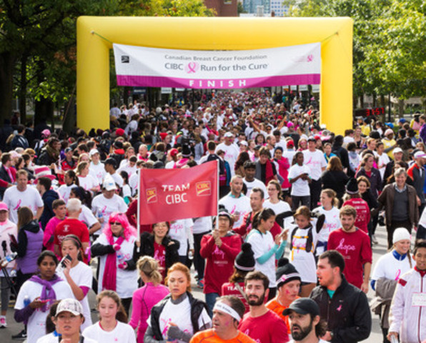 Des milliers de personnes franchissent la ligne d'arrivée, dimanche à Toronto, lors de la Course à la vie CIBC de la Fondation canadienne du cancer du sein. (Groupe CNW/Banque Canadienne Impériale de Commerce)