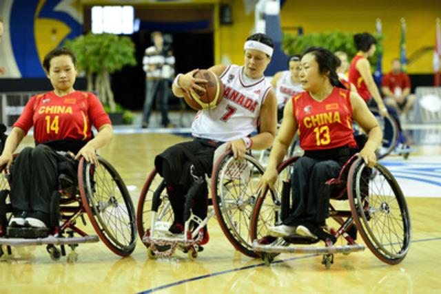 Cindy Ouellet, de l'équipe canadienne, affronte la Chine au Championnat du monde féminin de basketball en fauteuil roulant 2014, le 22 juin 2014, au Mattamy Athletic Centre, à Toronto, Ont. (Groupe CNW/Basketball en fauteuil roulant Canada)