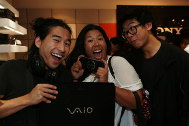 Customers enjoying the latest in home entertainment from Sony at the new-concept Sony Store at Upper Canada Mall (CNW Group/Sony of Canada Ltd.)