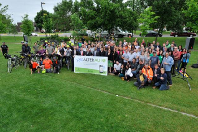 Plus de 300 employés des secteurs publics et privés ont célébré, en présence des élus et de la direction de l'arrondissement de Saint-Laurent et de leurspartenaires, les transports actifs et collectifs lors de la Fête AlterAuto au parc Marcel-Laurin. (Groupe CNW/Ville de Montréal - Arrondissement de Saint-Laurent)