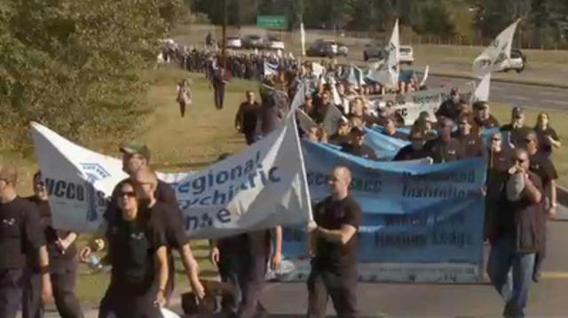 Vidéo: Plus de 500 agents correctionnels ont manifesté devant le bureau de Stephen Harper à Calgary