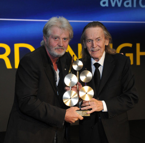 Tom Cochrane presents Gordon Lightfoot with the SOCAN Lifetime Achievement Award at the 2014 SOCAN Awards in Toronto. (CNW Group/SOCAN)