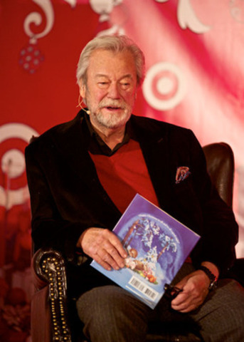 Gordon Pinsent reads holiday classics at Dalhousie University Club on November 30th to kick off the Target Road Trip. (CNW Group/Target Canada)