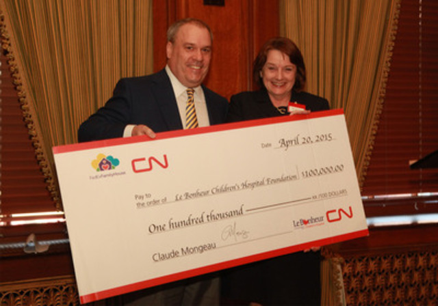 CN announces $100,000 donation for FedexFamilyHouse in Memphis, Tenn. Claude Mongeau, president and chief executive officer of CN, presents a $100,000 cheque to Meri Armour, president, Le Bonheur Children's Hospital, on April 20, 2015 (CNW Group/CN)