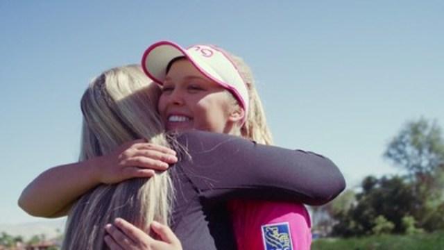 Brooke Henderson, étoile montante du golf, en compagnie de sa mère Darlene Henderson. (Groupe CNW/WestJet)