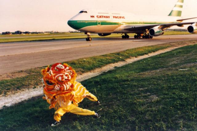 Le 9 juin 1994, le premier vol de Cathay Pacific à se poser à l'aéroport international Toronto Pearson est accueilli par une traditionnelle danse du lion. (Groupe CNW/Cathay Pacific Airways)