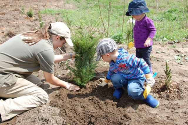 Join Trees Ontario and its planting partners for the annual Community Planting Weekend on May 4th, from 10 a.m. to noon. Held in seven locations across Ontario, the event brings together communities to take part in a half-day tree planting activity. To view location details and/or to register, visit www.treesontario.ca/plantingweekend. (CNW Group/Trees Ontario)