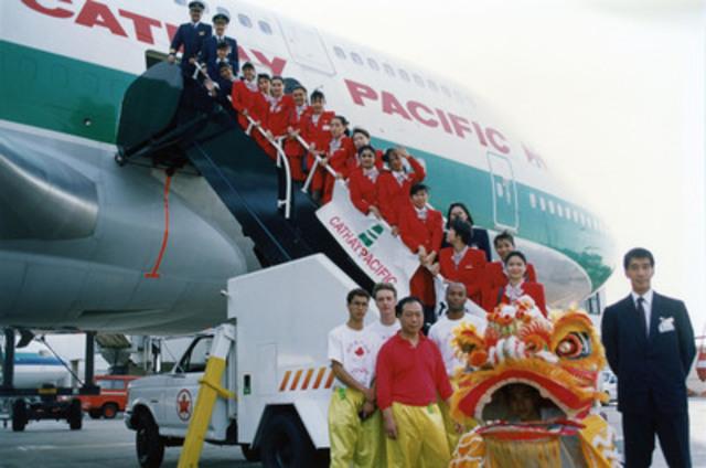 Personnel navigant technique et commercial de Cathay Pacific affecté au premier vol Hong Kong-Toronto, le 9 juin 1994. (Groupe CNW/Cathay Pacific Airways)
