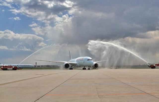 Le premier appareil 787 Dreamliner reçoit un salut au canon à eau à l'aéroport international Lester B. Pearson de Toronto, le dimanche 18 mai 2014. (Groupe CNW/Air Canada)