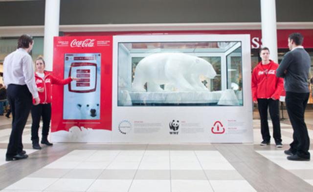 L'installation Habitat arctique Coca-Cola au Carrefour Laval démontre comment les changements climatiques affectent les ours polaires en présentant une sculpture inuit d'une mère ourse et de son ourson. Pour chaque geste écologique partagé par les visiteurs, la température à l'intérieur de l'installation va diminuer et ainsi garder la glace figée. (Groupe CNW/Coca-Cola Canada)