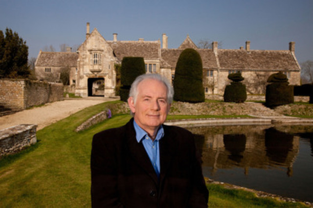 The Country House Revealed - Dan Cruickshank at the South Wraxall Manor pond. © Oxford Film and Television (CNW Group/TVO)
