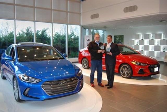 La toute nouvelle Elantra 2017 de Hyundai a remporté aujourd'hui le titre de la Meilleure petite voiture tandis que l'Elantra Sport 2017 s'est mérité celui de la Meilleure voiture de sport / de performance de l'Association des Journalistes Automobile du Canada (AJAC). (Groupe CNW/Hyundai Auto Canada Corp.)