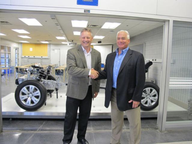 Subaru Canada fait don de nouveaux outils d'apprentissage à l'École de commerce automobile du Canada, parrainée par le Georgian College. (Groupe CNW/Subaru Canada Inc.)