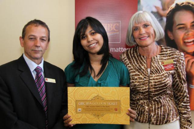 La gagnante du Concours du billet d'or CIBC de l'IIFA, Trisha Sengupta de Burlington, en Ontario, reçoit les félicitations de Ray Gagné, vice-président associé, Banque CIBC, et de Sharon Johnston, directrice du centre bancaire Westdale, à Hamilton (Groupe CNW/Banque CIBC)