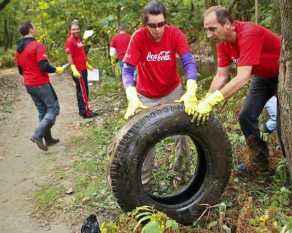 Riviere Duberger, Quebec; Les employes de Coca-Cola nettoyaient aujourd'hui les rivages de la riviere Duberger dans le cadre du Grand nettoyage des rivages canadiens. (Groupe CNW/Coca-Cola Canada)