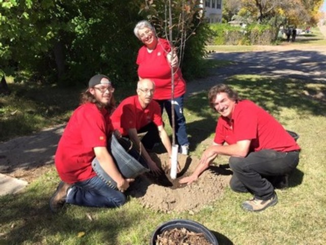 Home Hardware Stores Limited and Tree Canada dug in this fall at 16 locations across Canada to plant and look after mature trees in celebration of National Tree Day. (CNW Group/Home Hardware Stores Limited)